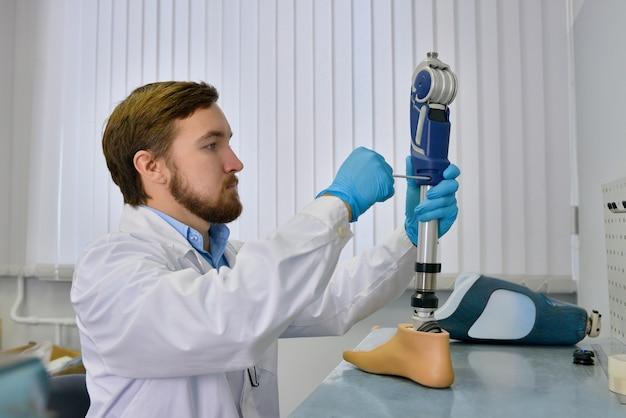Prothesemaker herstellen van kunstmatige ledematen