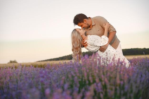 Provence paar ontspannen in lavendelveld. dame in een witte jurk.