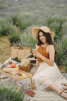 Provence vrouw ontspannen in lavendel veld. dame in een picknick.