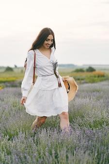 Provence vrouw ontspannen in lavendel veld. dame in een witte jurk.