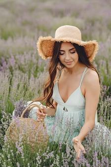Provence vrouw ontspannen in lavendel veld. dame met een strohoed. meisje met tas.