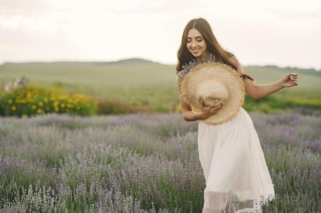 Provence vrouw ontspannen in lavendel veld. dame met een strohoed.