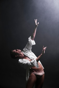 Provocerend mannetje dat in duisternis danst