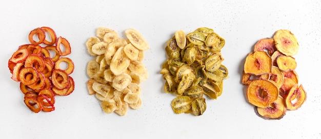 Pruimen kiwi peachbanana chips als voedsel achtergrond gratis suiker
