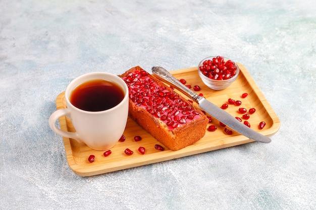 Pruimencake met granaatappeltopping en zaden.