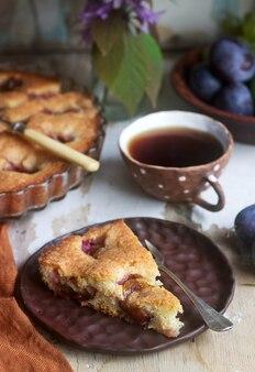 Pruimentaart of cake met kaneel en suiker. selectieve aandacht.