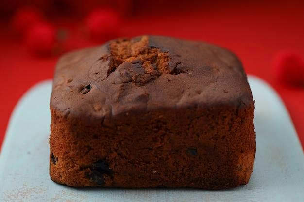 Pruimentaart zelfgemaakte heerlijke kersttaart met rozijnen, cashewnoten en gedroogd fruit