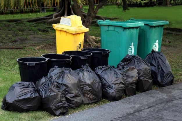 Prullenbak afval plastic, afval in zwarte zak en prullenbak, stapel prullenbak prullenbak vuil en vuilniszak