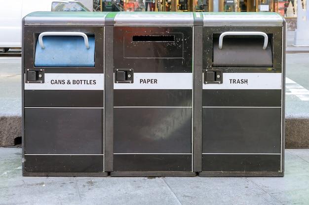 Prullenbak afvalbak in new york city straat vuilnisbakken met kopjes koffie bij het recyclen van afval
