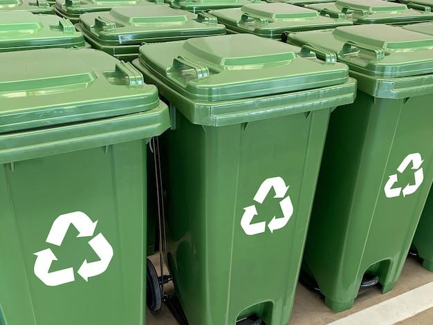 Prullenbak geel blauw groen en recycle plastic afvalbak om zorg voor het milieu te sparen