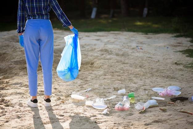 Prullenbak of afval op het strand.