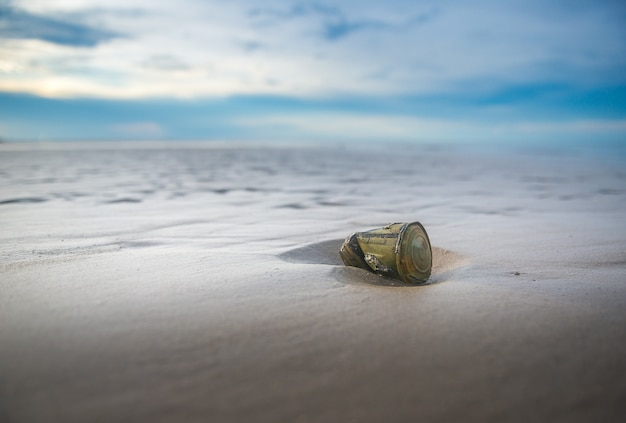 Prullenbak op het strand