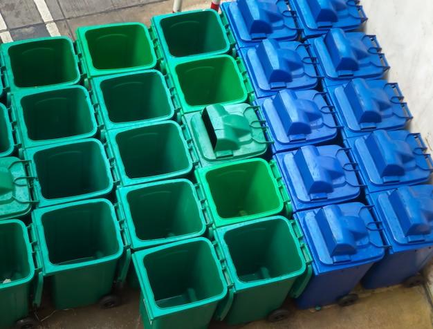 Prullenbak vuilnisbakken bakken in de afvalopslagfaciliteit.