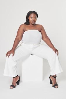 Psd lichaam positiviteit witte outfit plus grootte model poseren