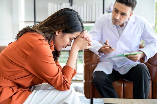 Psychiater behandelt de patiënt die de stress van het grote probleem heeft gekregen