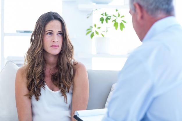 Psychiater die vrouwelijke patiënt adviseert