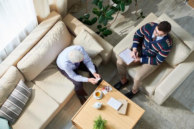 Psycholoog consulting senior patient