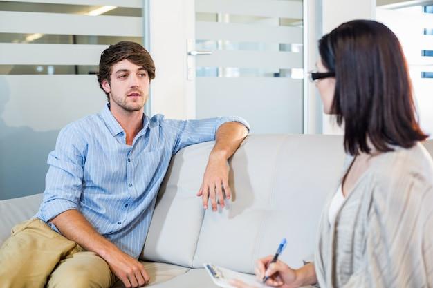 Psycholoog die met de gedeprimeerde mens spreekt