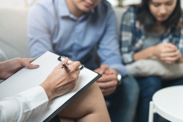 Psycholoog die met echtpaar over depressie van echtgenoot spreekt.
