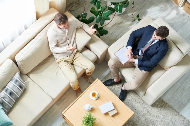 Psycholoog luisteren naar patiënt tijdens sessie