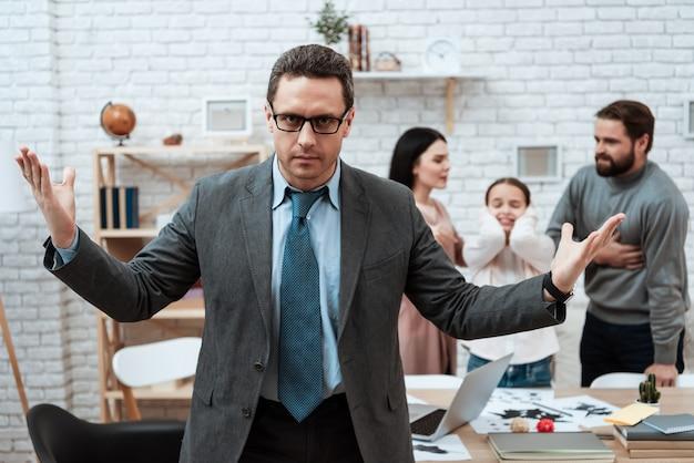 Psycholoog spreidt handen terwijl gezinsgevechten