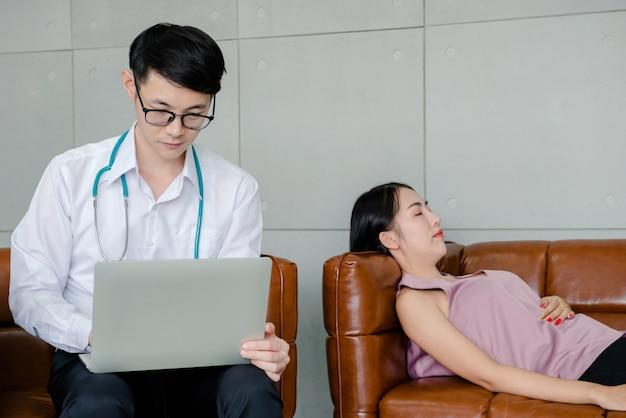 Psycologist arts die met geestelijke mensen werkt