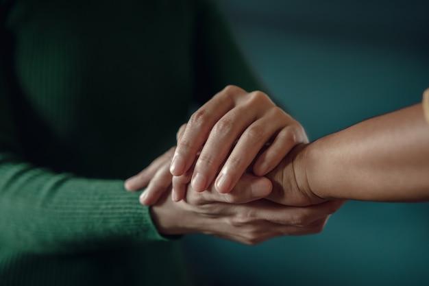Ptss geestelijke gezondheid, aanmoedigend concept. aanraken met comfortabele hand om een depressief persoon te helpen zich beter te voelen