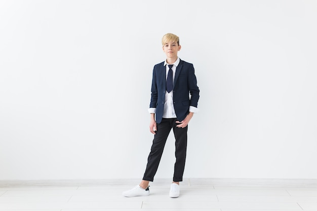 Puberteit concept - tiener portret op een wit oppervlak met copyspace.
