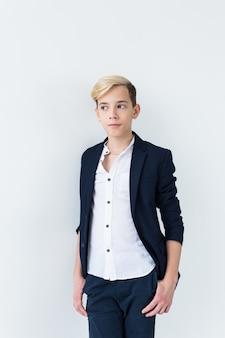 Puberteit concept - tiener portret op een witte achtergrond.
