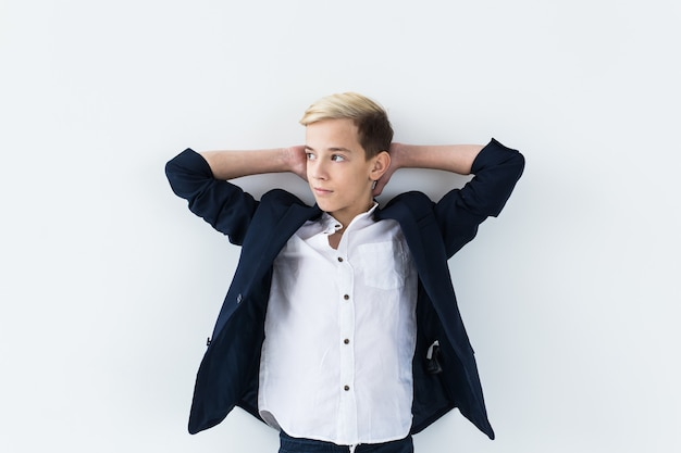 Puberteit concept - tiener portret op een witte muur.