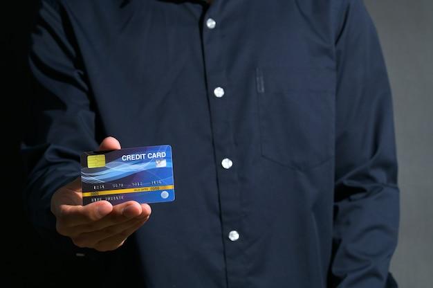 Public toont het gebruik van een blauwe creditcard.
