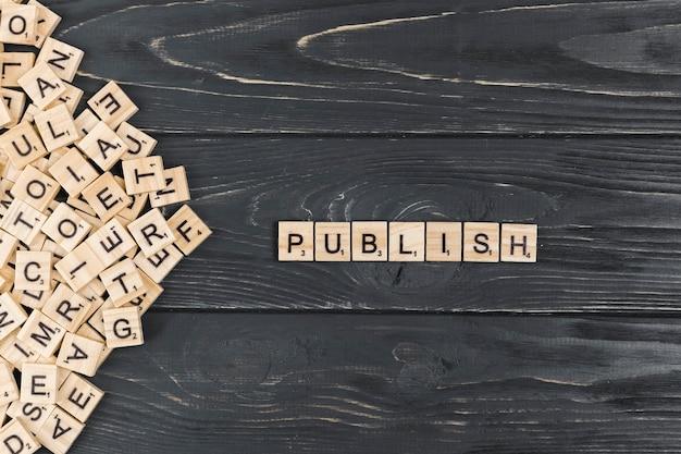 Publiceer woord op houten achtergrond