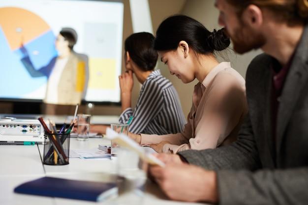 Publiek luisteren naar zakelijke presentatie