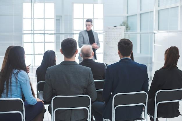 Publiek luistert naar de docent in de vergaderruimte