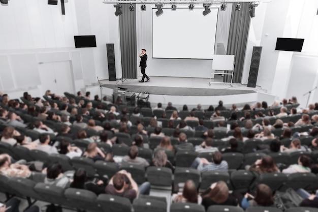 Publiek luistert naar de spreker in de vergaderruimte. zaken en onderwijs