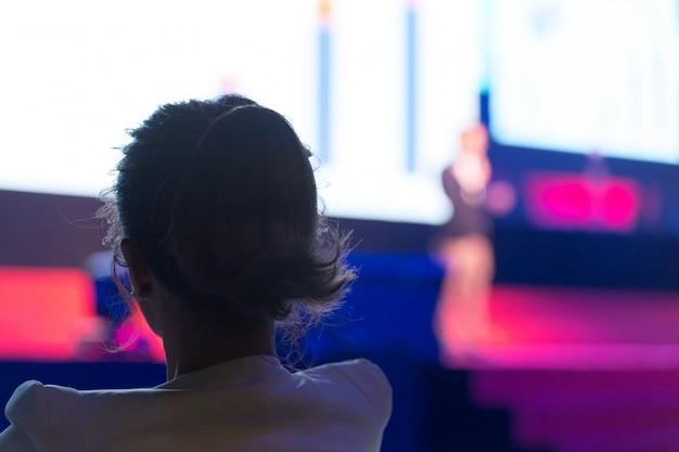 Publiek luistert naar de sprekers op het podium in de conferentiezaal of seminar vergadering, zakelijke en educatieve concept