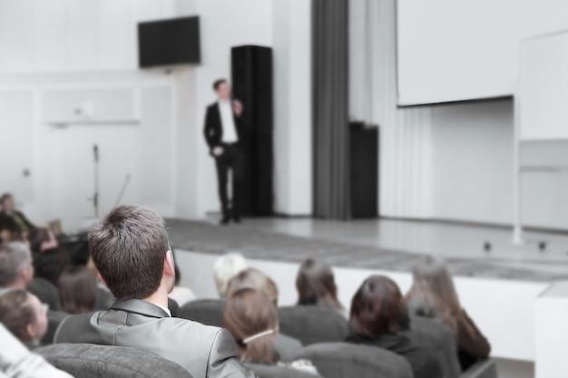 Publiek luistert naar de toespraak van de leider bij de bedrijfspresentatie. zaken en onderwijs