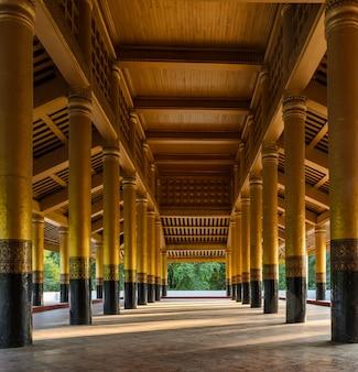 Publiekszaal in het koninklijk paleis van mandalay, myanmar