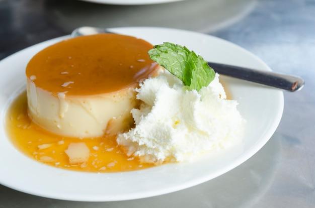 Pudim de leite - braziliaanse vlaai gemaakt met melk en gecondenseerde melk, gegarneerd met karamelsaus