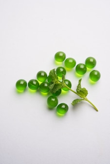Pudina of muntpillen met verse bladeren. het is een ayurvedisch medicijn voor indigestie, gas en zuurgraad