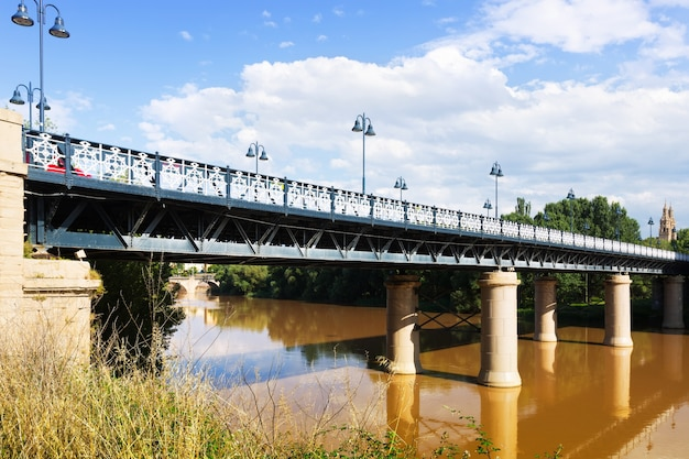 Puente de hierro over de rivier de ebro