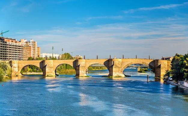 Puente de piedra bridge in zaragoza spanje