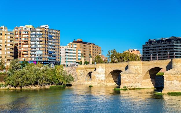 Puente de piedra in zaragoza, spanje
