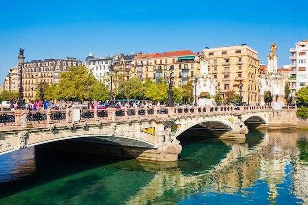 Puente maria cristina-brug in de stad san sebastian of donostia in spanje