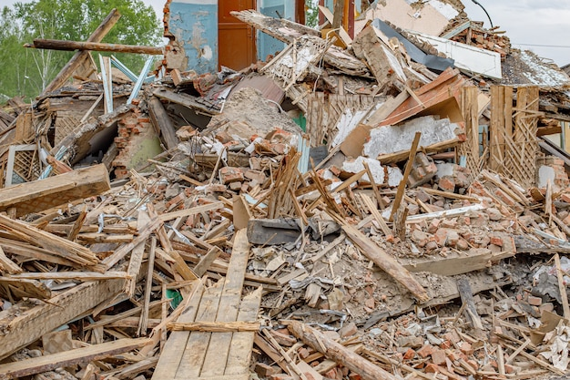 Puin van oude verwoeste huis. stapel bouwfragmenten