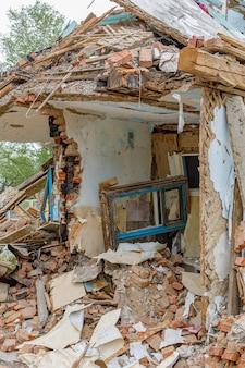 Puin van oude verwoeste huis. stapel van bouwfragmenten in ruïnes