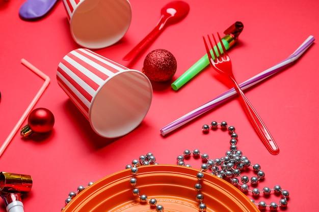 Puinhoop na feestviering op kleuroppervlak