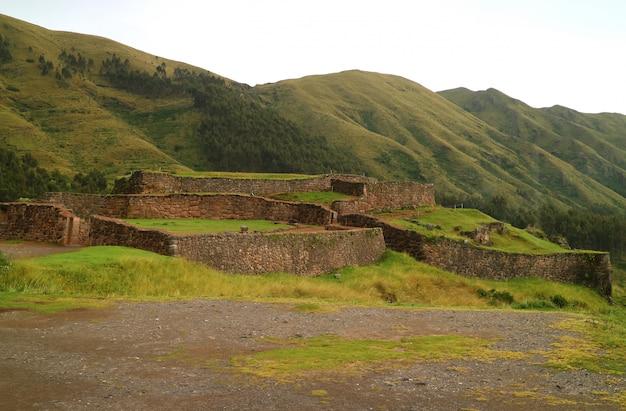 Puka pukara (rode vesting), de ruïnes van de militaire architectuur van het inca-rijk in cusco, peru