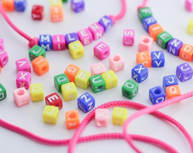 Pulseira handgemaakte letrinhas letters