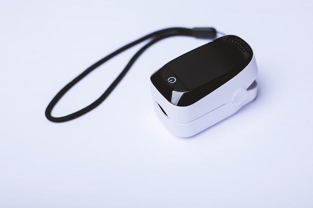 Pulsoximeter geïsoleerd op een wit oppervlak. het wordt gebruikt voor het bewaken van de zuurstofverzadiging van een persoon.